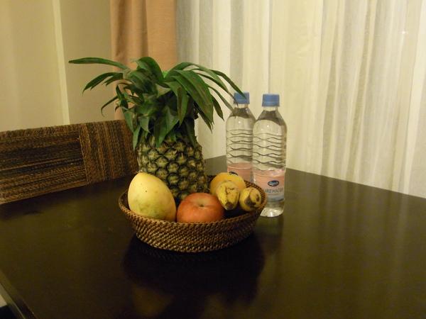 TWO SEASONS房間裡的迎賓水果 請問鳳梨我要怎麼吃呀.JPG