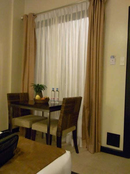 這片窗直對走廊 沒關窗簾就會被看光光咧.JPG