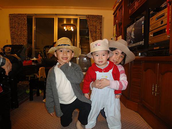 2011/3/22 三個寶貝帶帽帽