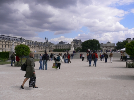 4-Louvre羅浮宮-1上了樓梯就是羅浮宮勢力範圍內了.jpg