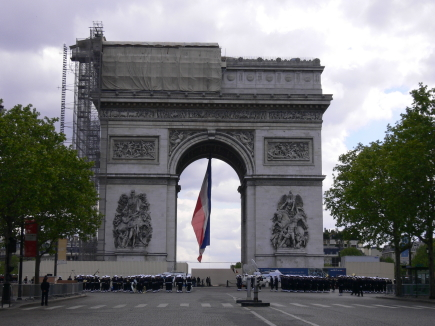 1-Arc de Triomphe凱旋門-0整修中, 正巧遇到閱兵01.jpg