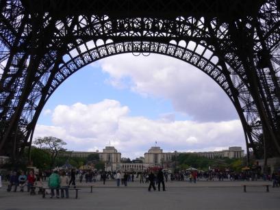 3-Tour Eiffel巴黎鐵塔-2從塔下看莎佑宮.jpg