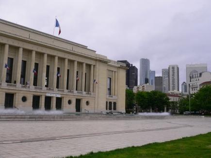 偶家Puteaux-05-偶家就在市政府後面,從市政府廣場可看到La Defense區.jpg