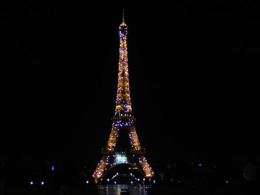 6_餐後逛市區,每固定時間才有的鑽石版艾菲爾鐵塔,這時半夜十二點.jpg