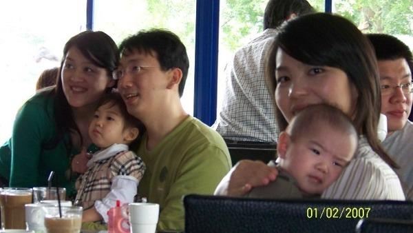 ㄚ姨抱抱~背景是乾爹乾媽和君君姐