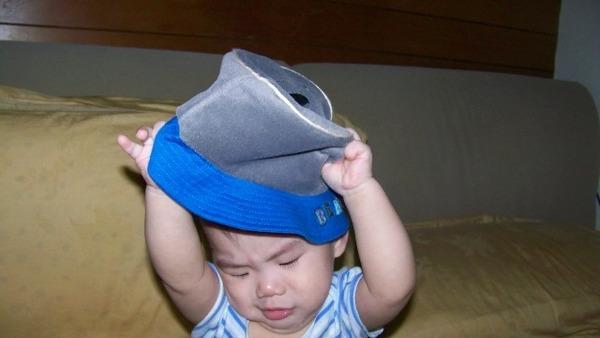 其實暟弟最討厭戴帽子了