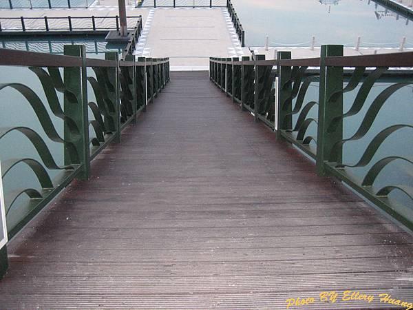 水社碼頭 陡到快要站不住的浮橋