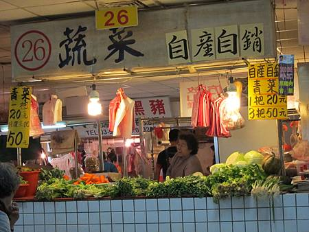 美食區對面的菜販