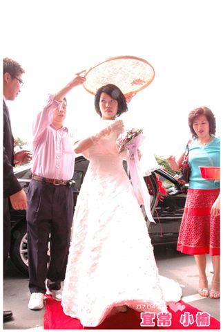 下車,新娘不能見天日,所以要用米苔