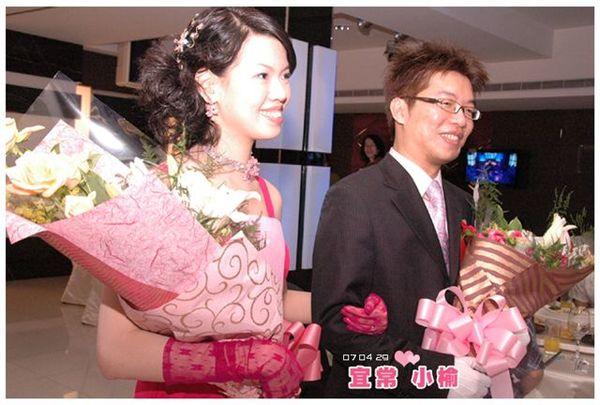 帶著花束要送給最愛的爸媽