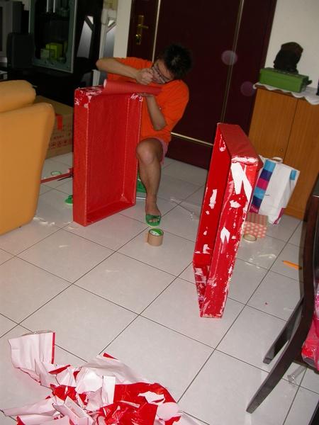 訂婚前一晚,Alex在包紅木盒
