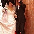 新娘走著紅毯步出家門