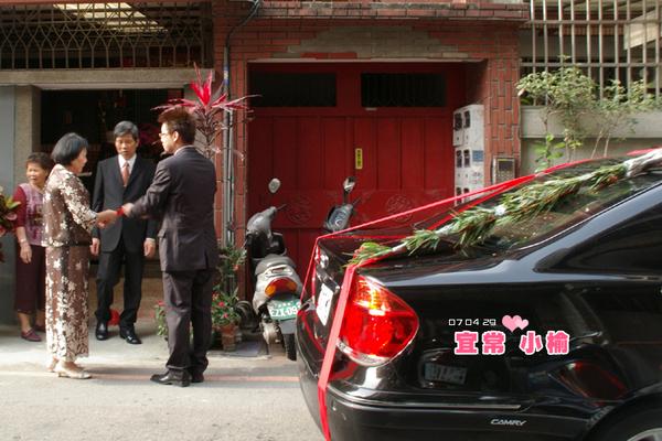 車子發動之後,新郎要去送親家帖邀請岳父岳母前來吃喜酒