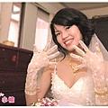 手指、手腕、脖子能戴的都滿了...一整個珠光寶氣!
