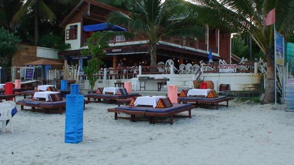 沿著沙灘有很多Seafood餐廳