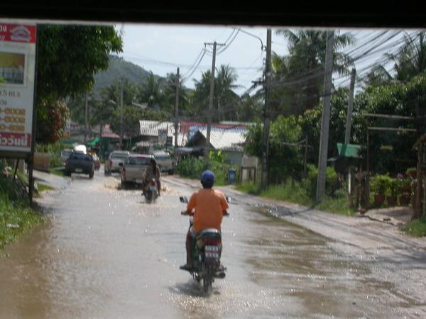 路上還是有些積水,當地的騎士們也都很勇猛:P