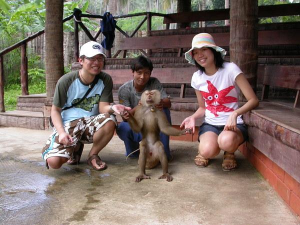 和猴子握手,他很會流手汗><