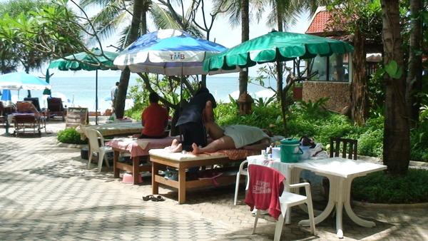 沙灘旁就有泰式按摩的服務