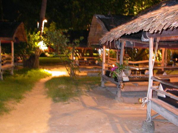 到Chaweng海灘北邊的Muang Kulay Pan Hotel裡的Budsaba餐廳用餐+欣賞泰國傳統舞蹈度過27歲的生日