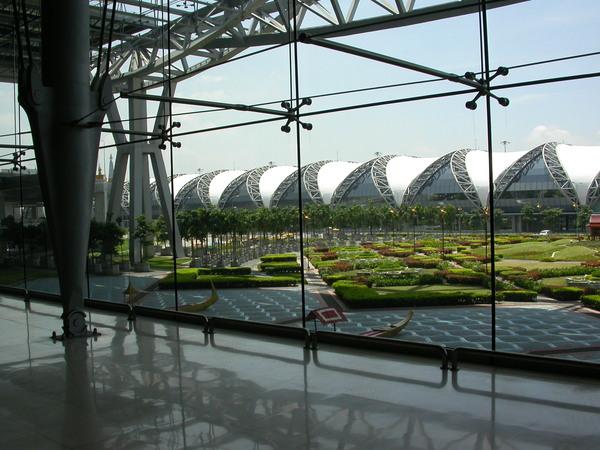 曼谷機場將傳統與現代科技感mix得很完美