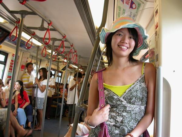 搭BTS高架電車往ChatuChak週末市集的路上~