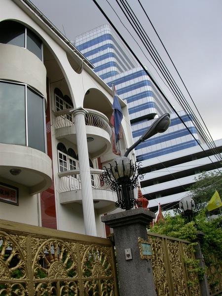傳統金色大門與現代化大樓,搭配得不突兀。