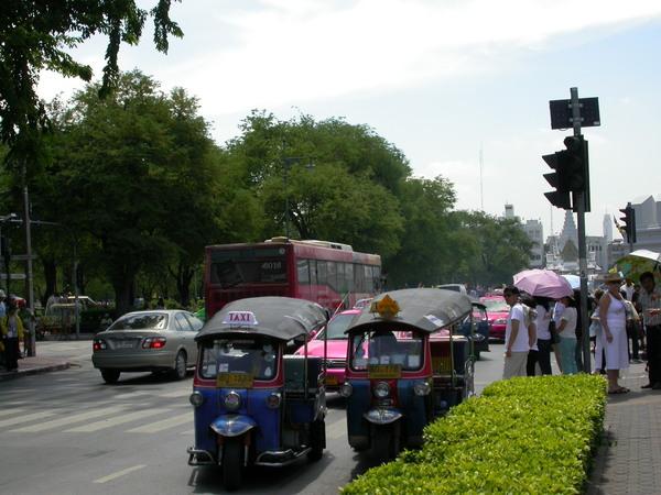 我們選擇搭計程車塞回Siam