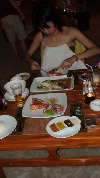 我們的泰國第一餐,餓扁又愛泰式料理的我正在狂吃。