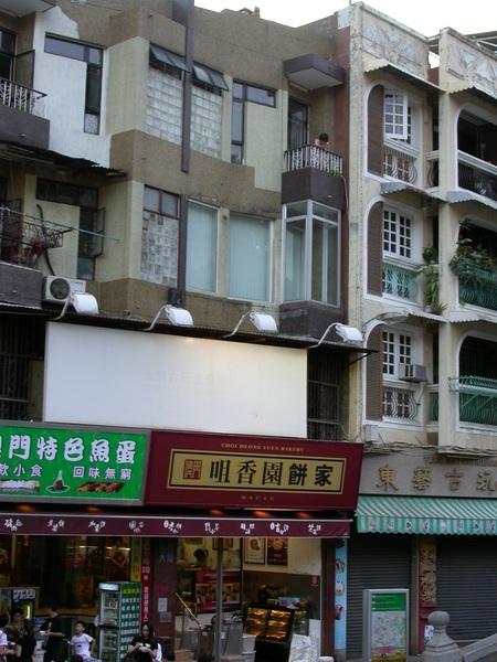 注意到「咀香園」3樓的小妹妹了嗎? 我們都很羨慕他可以住在這邊。