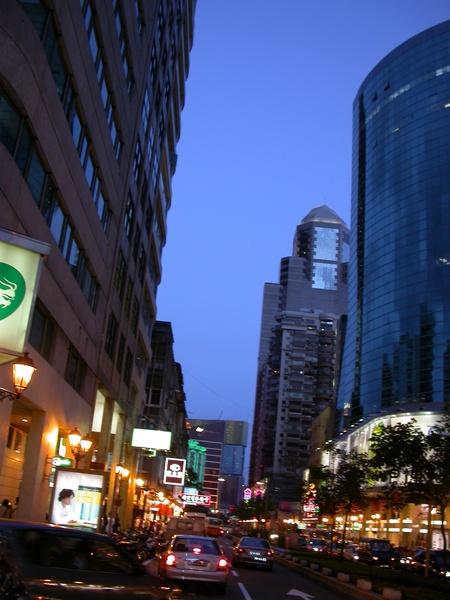 夜深了,該回香港了