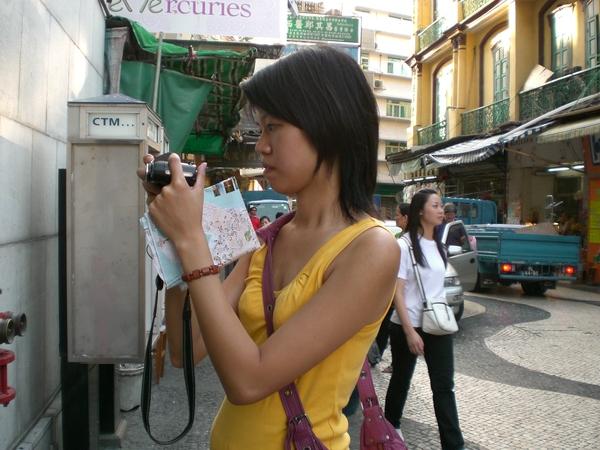 我在澳門的標準姿勢--手上拿著地圖、專注地拍照!