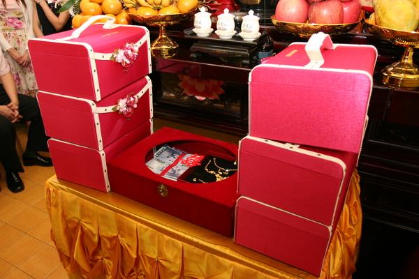 漂亮的囍餅盒和聘金