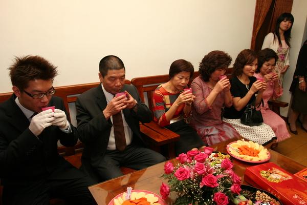 排排坐,左起新郎、新郎爸、小姑姑、三嬸(媒人)、阿姨、新郎媽