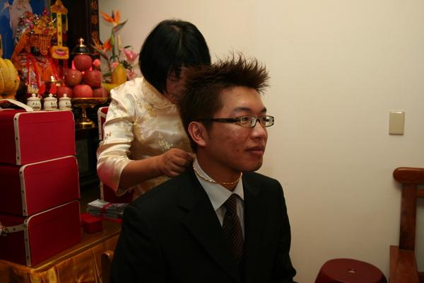媽媽幫新郎戴項鍊