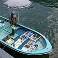 海上賣魚貨,超新鮮的唷!