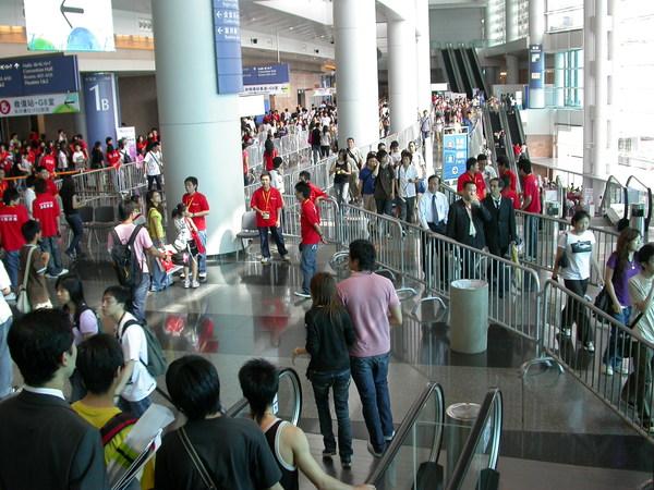 香港書展2007,缺點是明明要去的廳就在面前,卻要繞很多鐵柵欄迴圈才到的了,步程約20倍