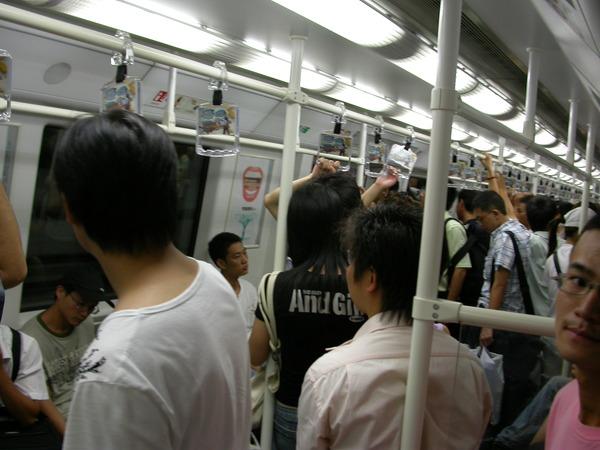 深圳地鐵很新,搭乘率也頗高~
