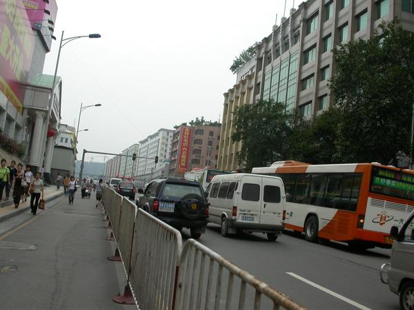車站對面的「站前路」兩側都是大型批發城~