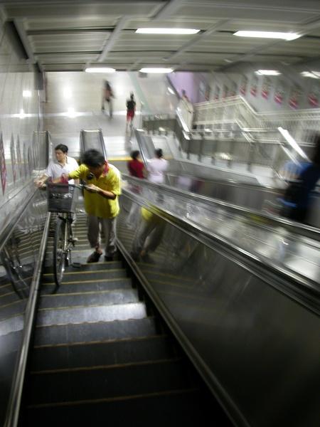 明明腳踏車很多,硬要弄這種電扶梯