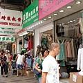 長沙灣道一路到長沙灣地鐵站都是批發店