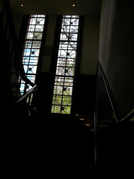為了拍窗外的建築:P
