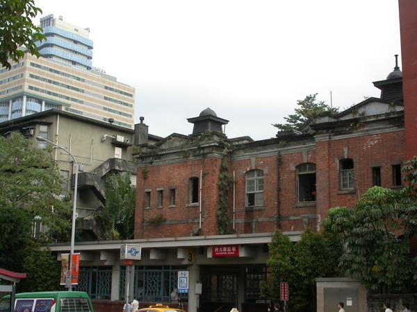 背後高高的新大樓是臺大兒童醫院