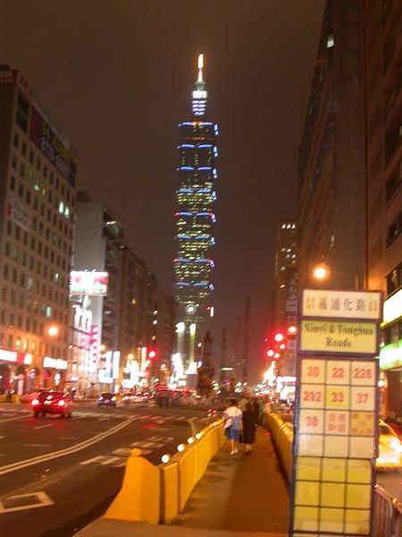 在信義路上看台北101
