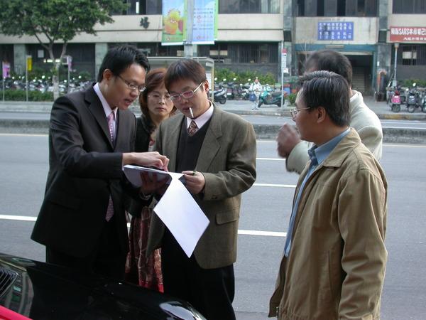 新郎跟其他車隊司機講著怎麼到新郎家