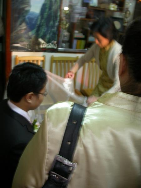 新娘媽為新娘蓋頭紗