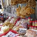 街市上賣很多魚類乾貨