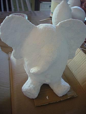 上完紙漿的白色大象