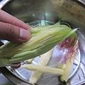 剝玉米筍ing