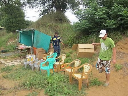 準備些椅子和茶水