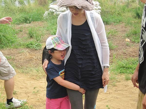 小妹妹剛來的時候很不習慣沙地,害怕地哭了